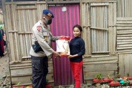 Brimob Polda Maluku bantu warga kurang mampu di Kecamatan Leihitu