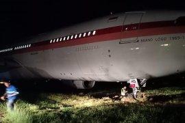 Pesawat Garuda keluar landasan di Makassar