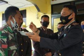 """Tertangkap kamera Kapolsek Putussibau Selatan """"Suap"""" anggota TNI"""