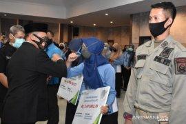 Pemprov Bangka Belitung serahkan santunan jamsos ketenagakerjaan ke PHL