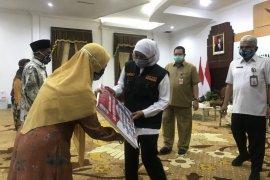 Gubernur Khofifah berpesan para lansia jangan sering keluar rumah