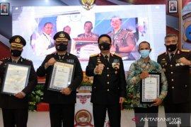 Kapolda Kalsel serahkan penghargaan untuk anggota berprestasi
