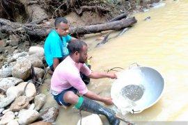 Kampung Kawe Papua, uang nyaris tidak berlaku, barang ditukar langsung dengan emas