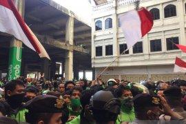 Aksi pengemudi ojol di kantor Gojek Medan sampaikan tiga tuntutan