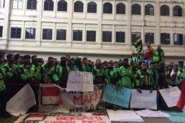 Pengemudi Ojol gelar aksi demonstrasi di kantor Gojek Medan