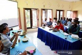 Bupati Klungkung dan 17 petani bahas teknis produksi garam beryodium Kusamba