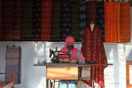 Perajin tenun ikat  di Kediri berinovasi dengan warna