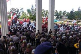 Aksi damai di DPRD, ribuan massa suarakan cabut RUU HIP