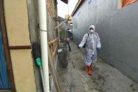Pemkot Cirebon lakukan penyemprotan disinfektan di wilayah pasien COVID-19