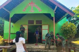 Warga dan personel TMMD bahu membahu bersihkan gereja terdampak banjir