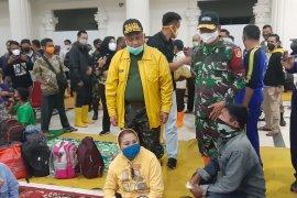 Gubernur Gorontalo keliling lokasi banjir untuk bagikan makanan