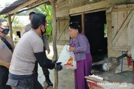 Polres Bangka Barat salurkan bantuan sembako kepada warga di pelosok