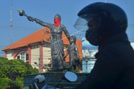 Patung R.A. Kartini dipasangi masker