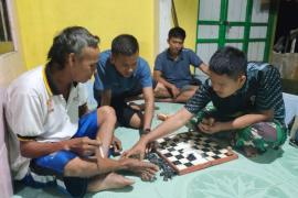 Usir kejenuhan anggota TMMD bermain catur saat istirahat