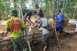 Tak mau berdiam diri, warga bantu TNI angkat material bangunan
