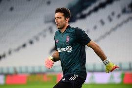 Kiper Gianluigi Buffon cetak rekor tampil di Serie A