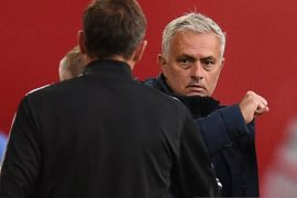 Jose Mourinho rela langgar social-distancing demi Carlo Ancelotti
