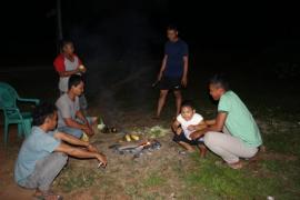 Warga Beringin Rayo suguhkan jagung bakar ke anggota TMMD