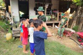 Pratu Emha kenalkan TNI kepada anak-anak Desa Beringin Rayo
