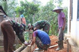 Warga dan TNI keroyokan kerjakan pondasi pagar gereja