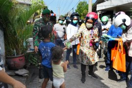 Wali Kota Surabaya  keliling kampung bagikan masker