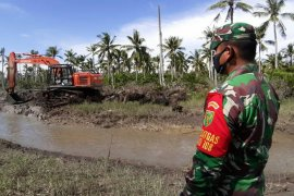 Tentara Kodim Tanjab kebut bangun jalan hubungkan dua kampung