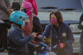 Dosen dan Mahasiswa Unair bagikan masker ke peserta UTBK