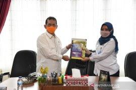 BMKG serahkan buku 'Wajah Tektonik Sumbagut' kepada Bupati Tapsel