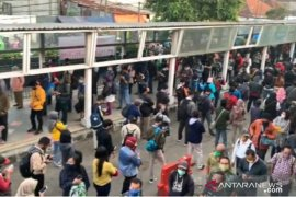 Antrean penumpang KRL di Stasiun Bogor makin panjang dan ramai pada Senin pagi