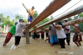 Foto - Pasca Banjir, Warga Tulabolo-Bone Bolango bangun jembatan darurat