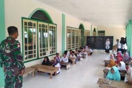 Anggota TMMD Kodim 1202/Skw ajari anak-anak baca Al-Quran