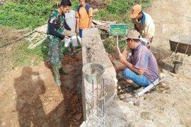Satgas TMMD kerjakan penyelesaian plesteran jembatan beton di Desa Danti