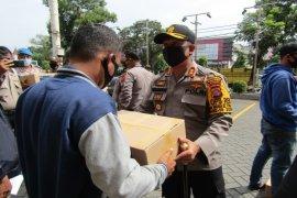 Kapolres Binjai bagikan sembako kepada pekerja di PHK