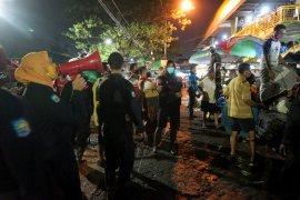 Razia masker di pasar tradisional Surabaya berlangsung hingga dini hari