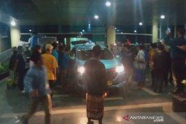 Di Mataram, ratusan warga merangsek masuk RS jemput jenazah COVID-19