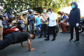 Langgar protokol kesehatan, Risma berikan sanksi push up pada puluhan remaja