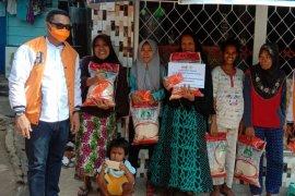 Mahasiswa dan warga di Pulau Ambon terima bantuan kebutuhan pokok