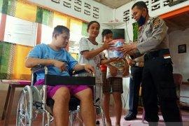 Kapolres Nias sumbang kursi roda  kepada penyandang disabilitas