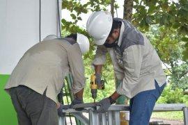 Tim CSR  AMC rakit sarana cuci tangan cegah  COVID - 19