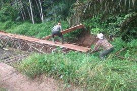 Masyarakat bantu anggota TMMD bangun jembatan darurat