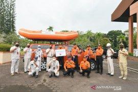 Pupuk Kaltim Bantu Satu Unit Perahu Karet ke BPBD Bontang