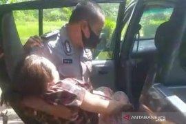 Mobil patroli polisi digunakan tolong ibu melahirkan di Cianjur