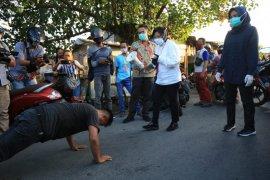 Wali Kota Surabaya Tri Rismaharini beri sanksi push up warga tak pakai masker