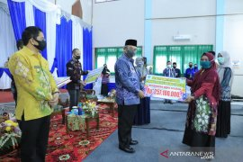 Bupati HSS serahkan bantuan pendidikan tahap pertama di wilayah Daha
