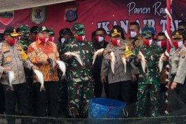 Pangdam I/BB dan Kapolda Sumut panen raya ikan di Serdang Bedagai