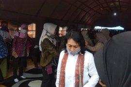 Menteri PPPA Bintang Puspayoga ajak pengungsi Lebak gunakan masker cegah COVID-19