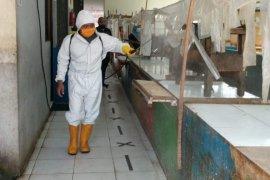 Putus penyebaran COVID-19, pasar tradisional di Kota Tangerang  disemprot disinfektan