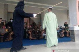 Terpidana pelaku pelecehan seksual di Nagan Raya jalani hukuman cambuk