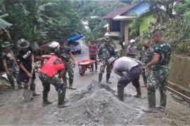 Personil Brimob Polda Maluku bantu TNI bangun drainase di Ambon