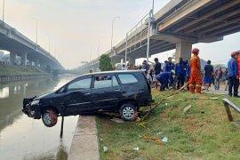 Petugas perluas pencarian penumpang minibus yang hanyut Kalimalang